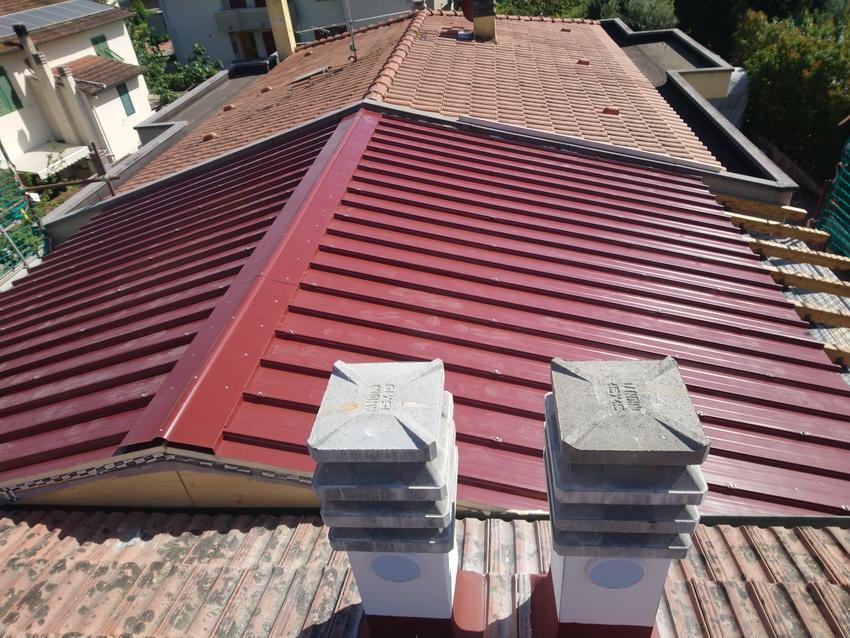 Realizzazione tetto con struttura in legno e copertura in pannelli sandwich